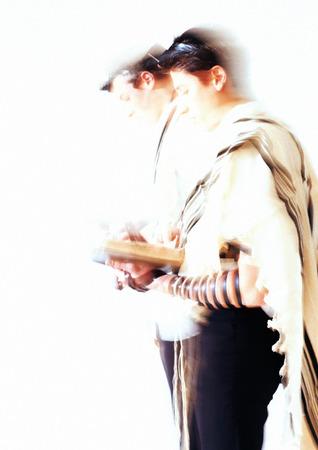 Jüdische Männer beten, Seitenansicht, verschwommen LANG_EVOIMAGES