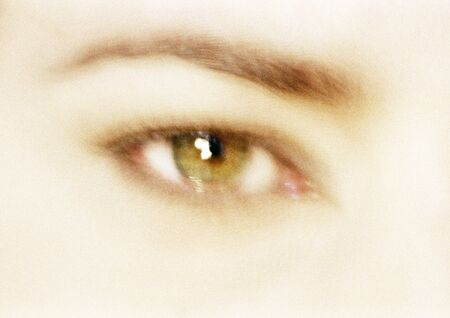 Womans hazel eye, front view, blurred close up LANG_EVOIMAGES