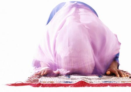 Muslimische Frau im Gebet verbeugen LANG_EVOIMAGES
