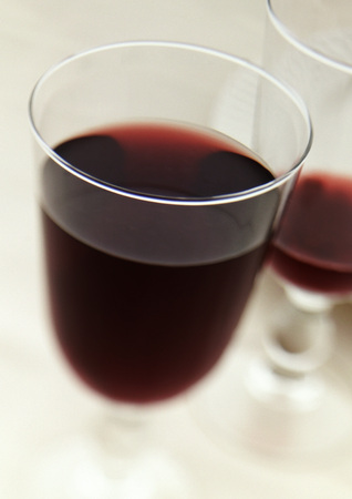 Two glasses of red wine LANG_EVOIMAGES