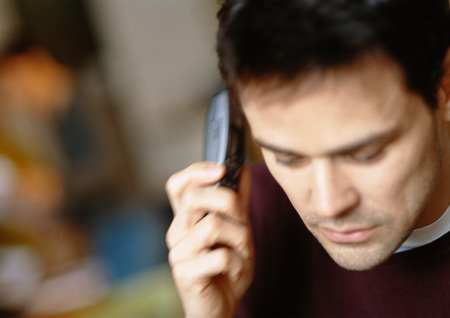 Man using cell phone, close-up LANG_EVOIMAGES