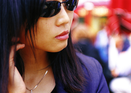 Woman wearing sunglasses, close-up LANG_EVOIMAGES