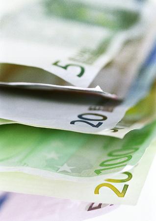 valued: Offset euro bills, close-up LANG_EVOIMAGES