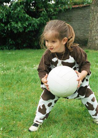Kind, das mit Fußball spielt
