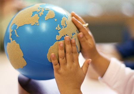 educacion ambiental: Childs hands on globe LANG_EVOIMAGES
