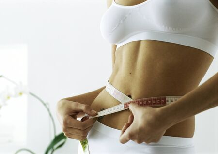 levantar peso: Woman measuring waist, mid section