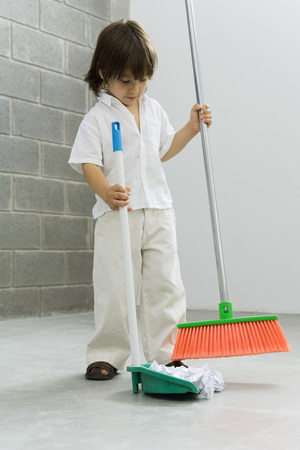 Little boy sweeping the floor LANG_EVOIMAGES