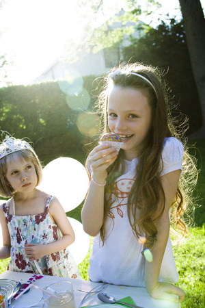 gateau: Girls eating sweets at birthday party