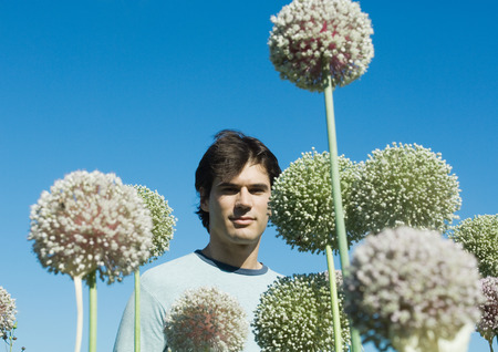 Man with allium flowers LANG_EVOIMAGES