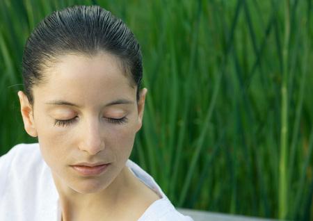 Mujer con los ojos cerrados, cabeza y hombros, retrato LANG_EVOIMAGES