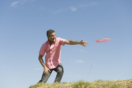 Man throwing flying disc LANG_EVOIMAGES