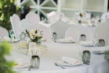 Schön dekorierte Tische für Gäste mit Dekorationen