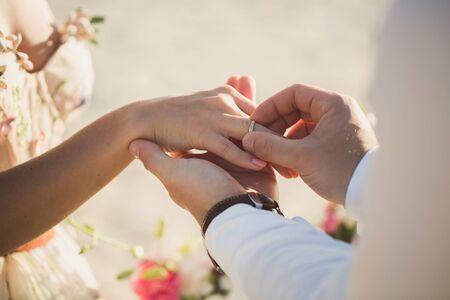 The groom wears ring on brides finger 免版税图像