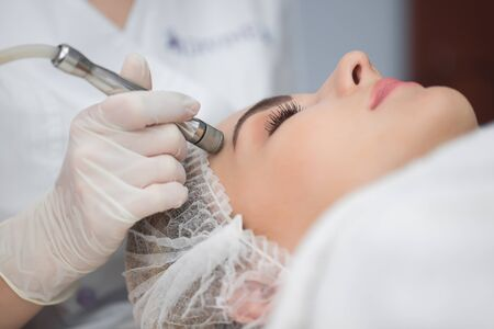 Diamond microdermabrasion, peeling cosmetic. woman during a microdermabrasion treatment in beauty salon Imagens