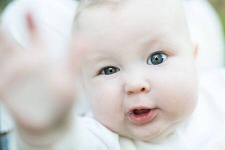 Porträt eines Kindes in der Natur. Glückliches Familienkonzept.