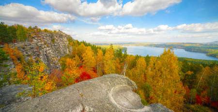 Herbst Landschaft mit Bergen und See