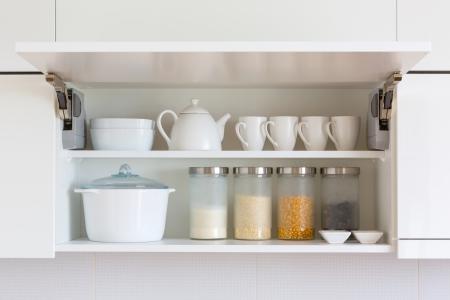 estanter�as: cupboar abierta con utensilios de cocina en el interior Foto de archivo