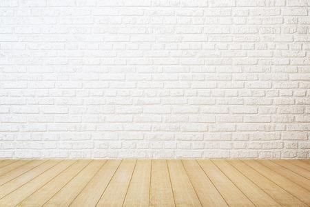 lege ruimte met witte bakstenen muur en houten vloer