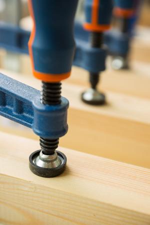 pegamento: pegar madera por abrazaderas en una carpintería