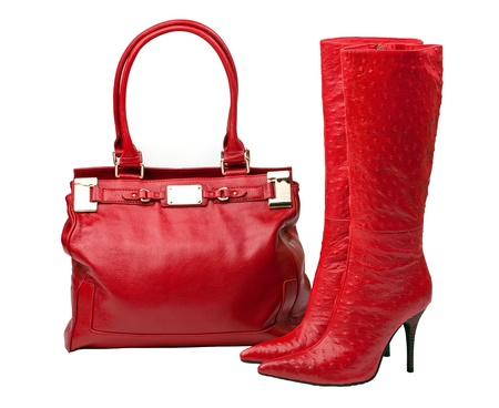 Paar rode laarzen en vrouwelijke tas, met pad Stockfoto