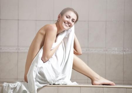 Jonge vrouw genieten van hamam of het Turkse bad