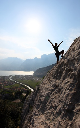 garda: Female rock climber with outstretched arms