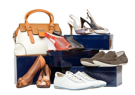 Schoenen en handtas op dozen over wit Stockfoto