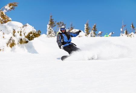 Snowboarder op een berghelling