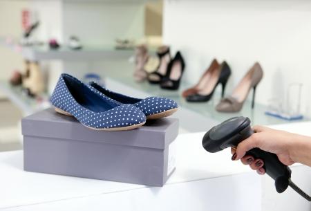 barcode: Code scannen op schoenendoos, bijgesneden weergave