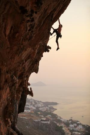 登る: ロッククライマー日没時、カリムノス島, ギリシャ 写真素材