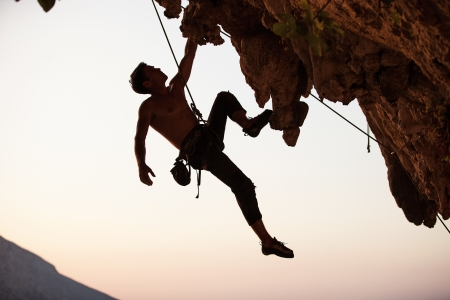 mászó: Silhouette egy szikla mászó