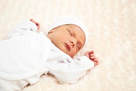 nato: Closeup ritratto di un ragazzo di un bambino addormentato settimana fa