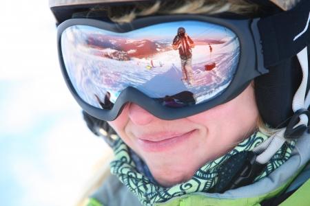 narciarz: Portret kobiet narciarz stojący na stok narciarski
