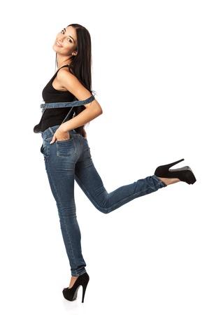 overalls: Longitud total de una mujer joven feliz posando sobre blanco