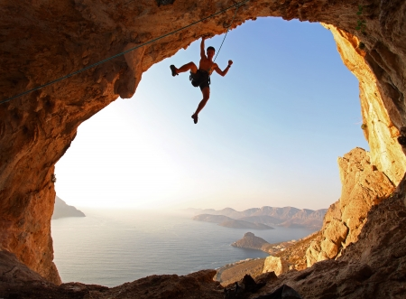 stijger: Rots klimmer bij zonsondergang Kalymnos, Griekenland Stockfoto