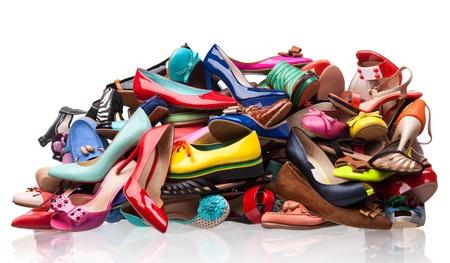 tacones rojos: Pila de varios zapatos femeninos sobre blanco Foto de archivo