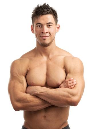 hombre sin camisa: Retrato de un hombre joven y guapo con gran físico que presenta contra el fondo blanco