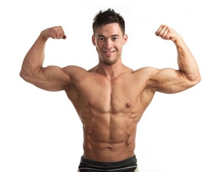 waistup: Retrato Cintura-para arriba de hombre musculoso flexionando sus b�ceps contra el fondo blanco