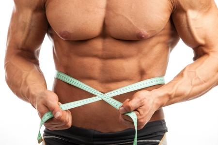 hombres musculosos: Recorta la vista de hombre musculoso joven con la cinta de medici�n