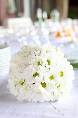 Decoratie van de eettafel voor huwelijksreceptie, boeket van madeliefjes