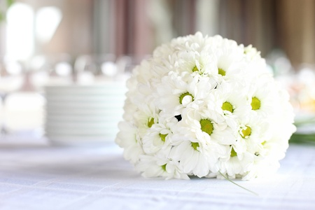 banquet table: Decoration of the dining table for wedding reception, bouquet of daisies Stock Photo