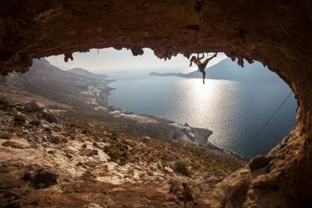 klimmer: Familie bergbeklimmers tegen schilderachtig uitzicht op Telendos eiland bij zonsondergang Kalymnos, Griekenland