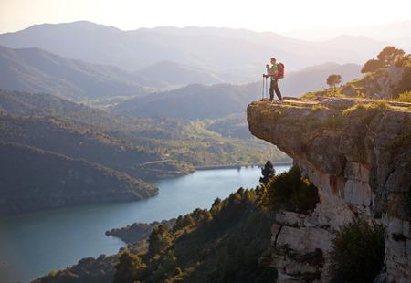 valley view: Viandante con il bambino si distende sulla scogliera e godendo valle vista Siurana, Spagna Archivio Fotografico