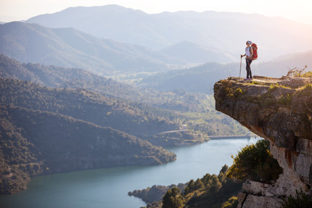 여성 등산객 절벽에 서있는 계곡보기를 즐기는