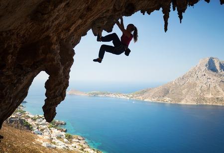 klimmer: Silhouet van een jonge vrouwelijke rock klimmer op een klif. Kalymnos, Griekenland