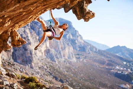 Junge weibliche Kletterer auf einem Felsen Standard-Bild - 36115356