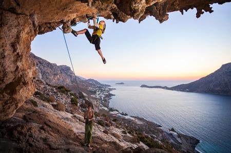 Sieben Jahre altes Mädchen klettern eine anspruchsvolle Strecke, Vater Sicherung Standard-Bild - 36111207