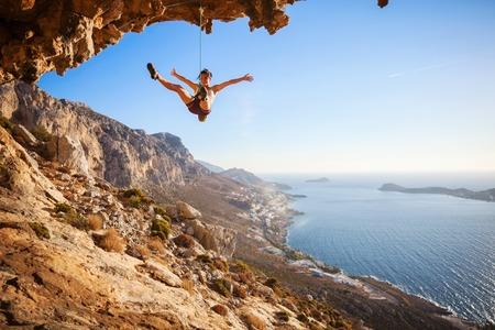 climber: Vrouw bergbeklimmer vallen van een klif terwijl voorklimmen