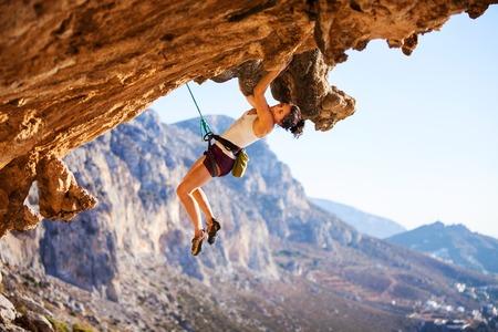 Junge Weibliche Kletterer auf einer Fläche der Klippe Standard-Bild - 36316621
