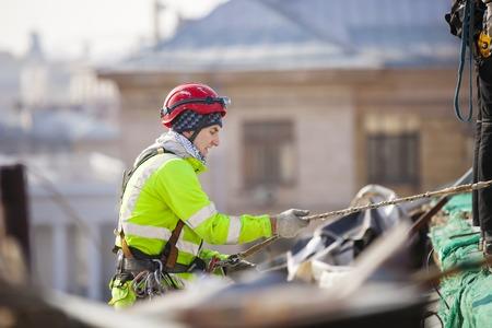 Industriekletterer an einem Dach eines Gebäudes Standard-Bild - 38469631